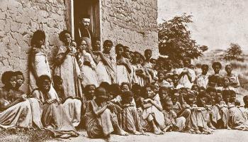 O. Beyzym z kobietami tredowatymi w Ambahivoraka