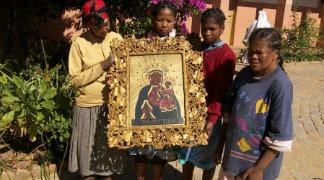 Obraz-Matki-Boskiej-w-ramie-wyrzeźbionej-przez-o.-Jana-Beyzyma-324x180