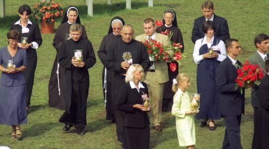 Procesja z relikwiami bł. Jana Beyzyma podczas Mszy św. beatyfikacyjnej w Krakowie na błoniach