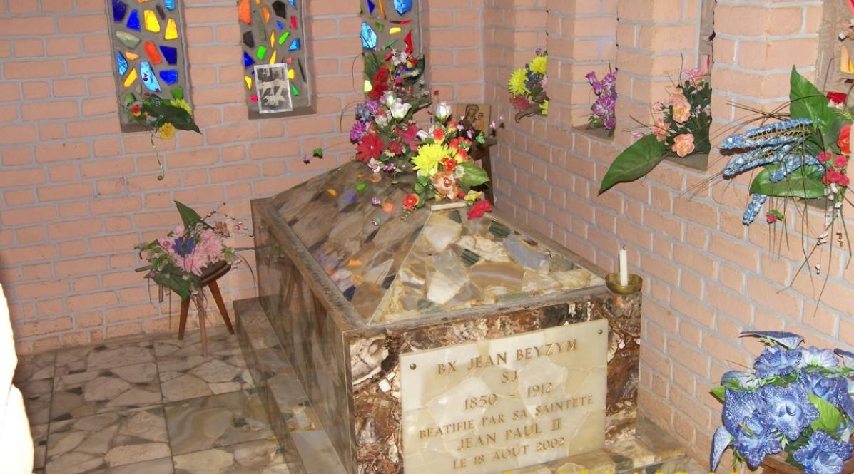 Sarkofag-w-relikwiami-bł.-Jana-Beyzyma-w-Maranie-e1443776986420