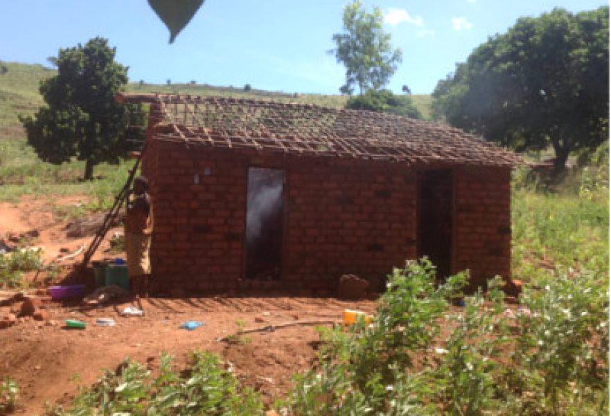 Dom odbudowywany ze starych cegieł i błota, ale już pęka