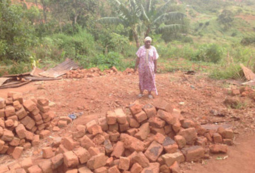 Dom zawalił się całkowicie w miejscu, gdzie stoi siostra Namangolwa