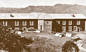 Kaplica w Maranie. Po lewej dom o. Beyzyma, po prawej stronie dom sióstr