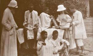 O. dr Deces i siostra Maria obsługują chorych