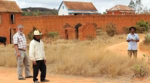 Przed murem wioski