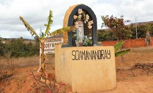 Soamanandray - figurka Matki Bożej przed wioską