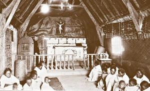 Wnętrze prowizorycznego kosciola z czciny w Ambahivoraka